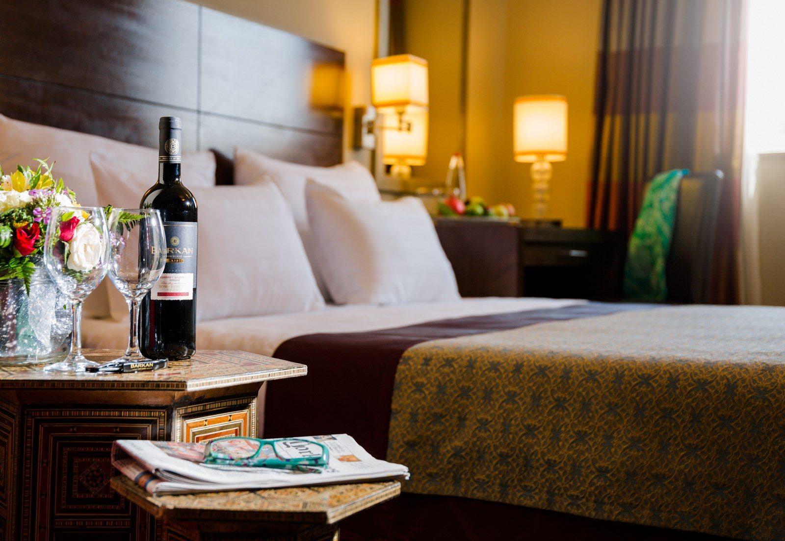 פרחים ויין לצד המיטה